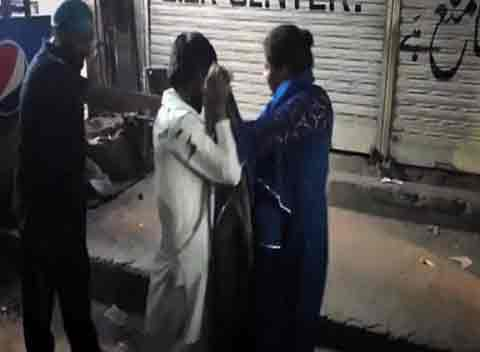 Woman tortures man over harassing her in market, Gujranwala