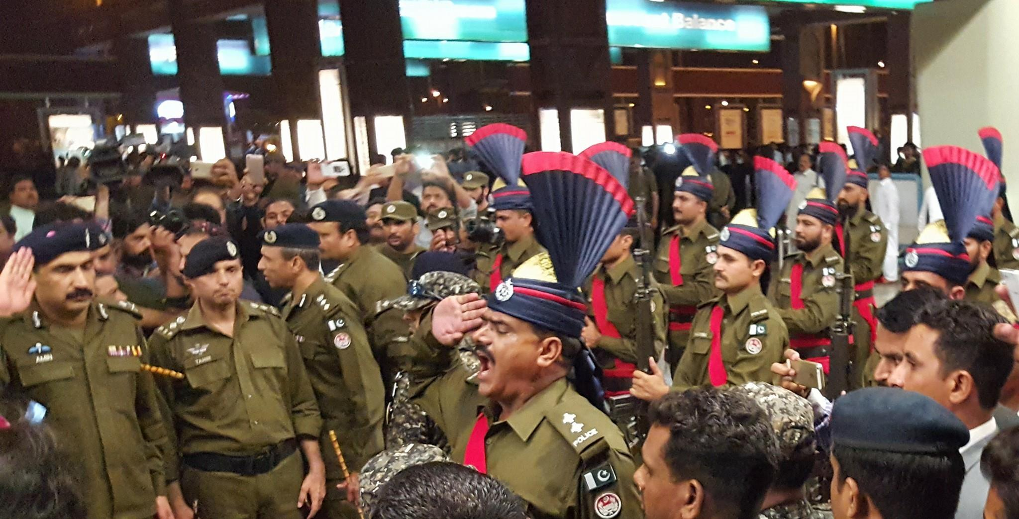 Pakistan News - Guard of Honor By Police to Pakistan Team