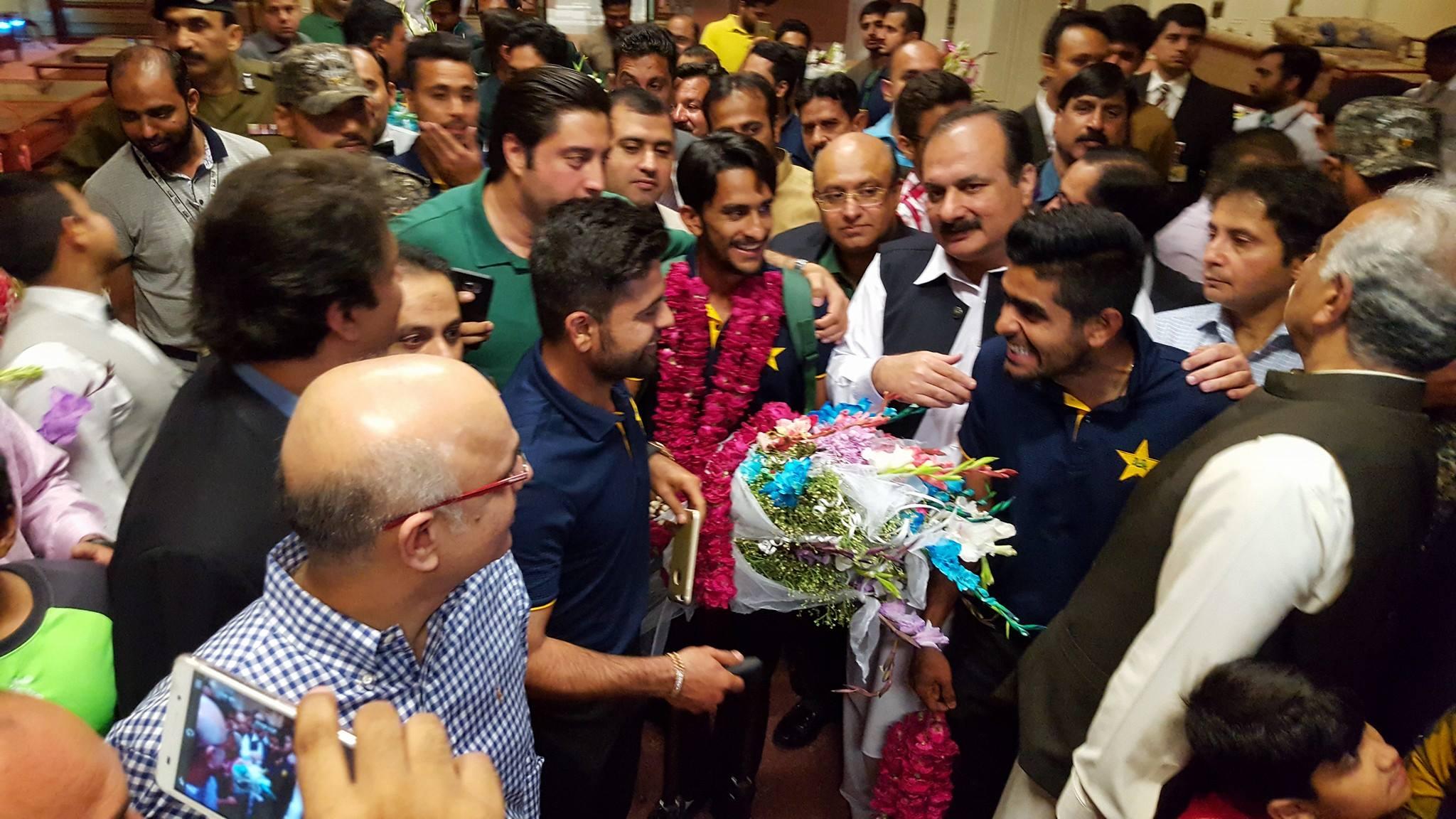 Pakistan News - Players Surrounded By Pakistani Fans