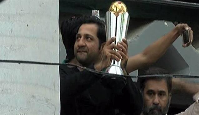 Pakistan News - Sarfraz Ahmad Showing Trophy From His Balcony