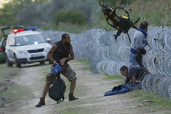 Hungary police fire tear gas at migrants at Serbia border
