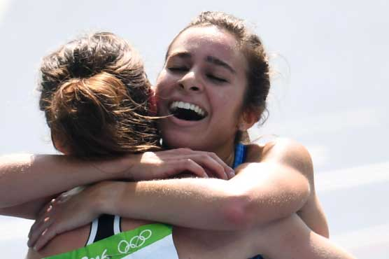 Olympic runner stops to help fallen athlete in awesome show of sportsmanship
