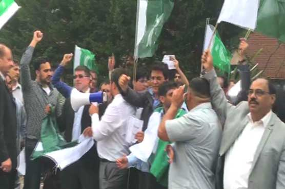 London: Pakistanis protests outside 10 Downing street, MQM chief's residence