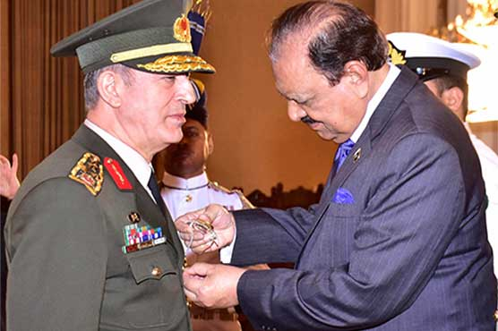 President Mamnoon presents Turkish Defence Chief with Nishan-e