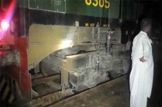 Green Line Express engine derails near Hyderabad - Pakistan ...