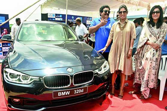 Former cricketer V. Chamundeswaranath gifts BMW vehicle  to Mithali Raj