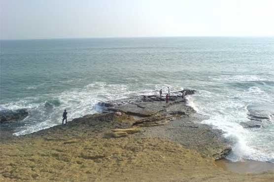 Son of Saudi consulate official among three drowns at Karachi's Hawkesbay