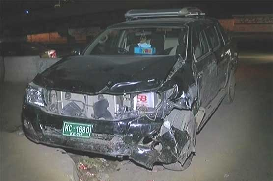 Karachi 4 Injured As Car Climbs On Footpath Pakistan Dunya News