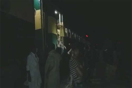 Khairpur: Karachi-bound Khyber Mail engine catches fire