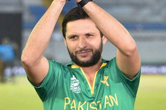 Afridi backs Nawaz, asks Imran to wait