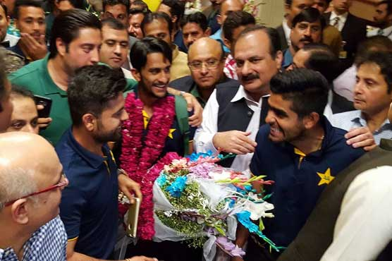 Victorious cricketers get heroes' welcome on reaching Lahore