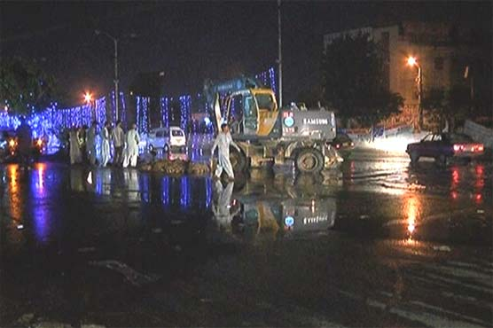 Karachi: Citizens face distress as sewerage pipeline bursts