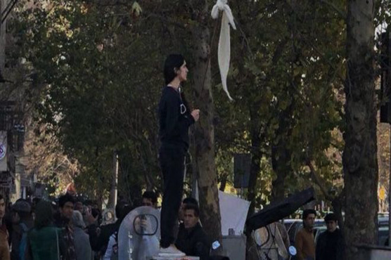 Iranian woman arrested for taking off headscarf freed