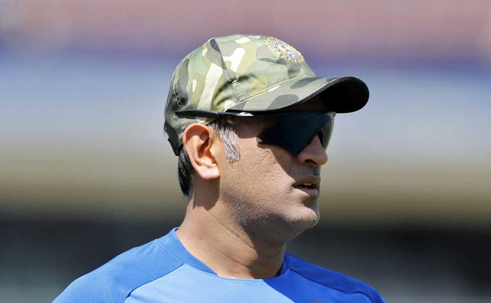 cricket328329 - بھارتی کرکٹرز بھی جنگی جنون میں مبتلا، فوجی ٹوپیاں پہن لیں