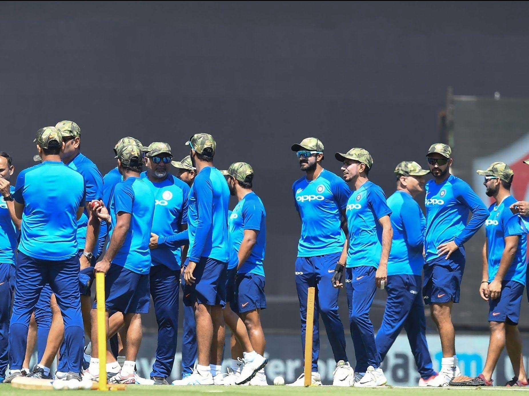 cricket7 - بھارتی کرکٹرز بھی جنگی جنون میں مبتلا، فوجی ٹوپیاں پہن لیں