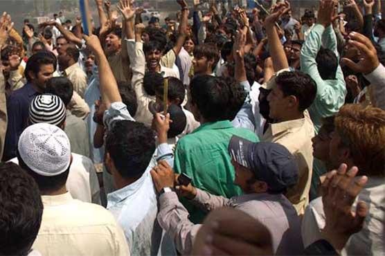 800 Hajj pilgrims stage sit-in against travel agency's fraud in Karachi