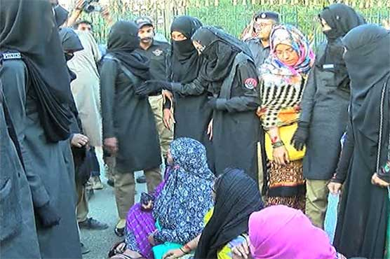 Police baton-charge on teachers protesting for salaries in Karachi