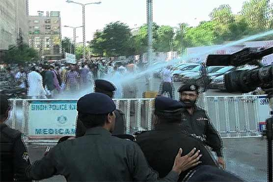 Water cannons, batons used to disperse protesting teachers in Karachi