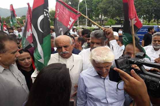 In Pictures: Muttahida opposition of PML-N, PPP, MMA protesting in front of ECP