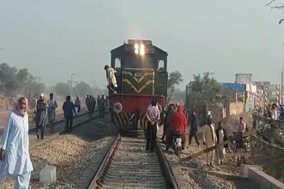 Hazara Express escapes accident in Shujabad