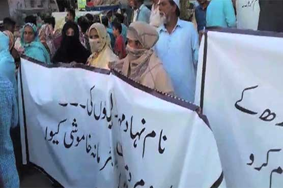 Locals stage protest against MQM rally in Liaquatabad