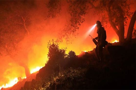 Father sings to calm three-year-old daughter as they escape in California wildfires