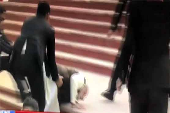 Indian PM Modi loses balance, falls on his face
