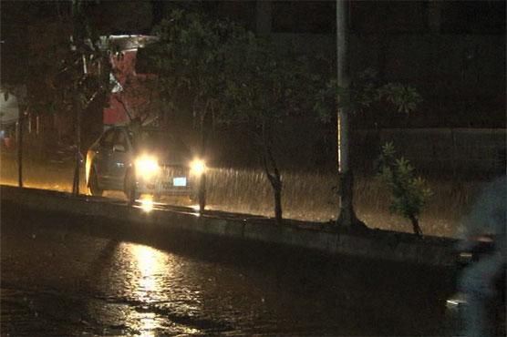 Intermittent rain turns weather pleasant in Lahore - Pakistan - Dunya News