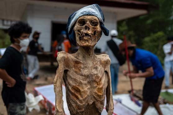 انڈونیشیا کا عجیب قبیلہ، جہاں اپنے پیاروں کی لاشوں کو دفنایا نہیں جاتا