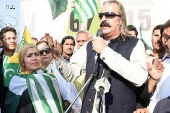 PTI leader Ali Ameen Gandapur comes under shoe attack