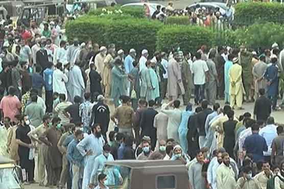 Guard injured, glass door broken in scuffle outside Expo Centre in Karachi