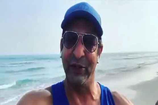 ابو ظہبی کے ساحل پر صفائی، وسیم اکرم کا پاکستانیوں کو سیکھنے کا مشورہ