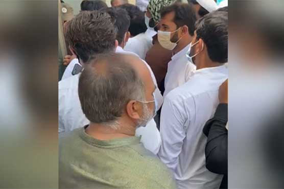 Citizens storm Lahore's Expo Center amid reports of COVID vaccine shortage