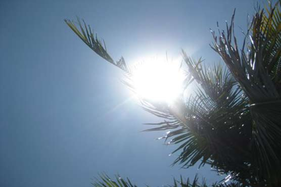 Hot, dry weather continues to hit Karachi as temperature touches 40 degrees