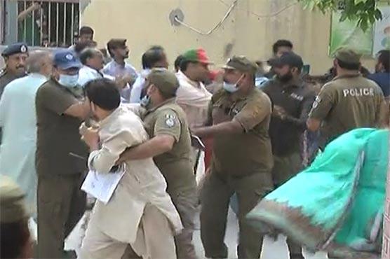 ملتان: کنٹونمنٹ بورڈزالیکشن کے دوران جھگڑا، کارکنان گتھم گتھا، خواتین بھی لڑ پڑیں